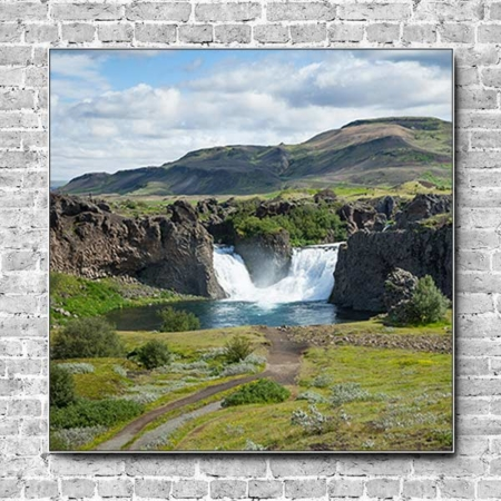 Das Akustikbild Island Wasserfall im Grünen Quadrat optimiert den Klang des Raumes.
