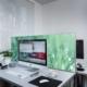 Schreibtischtrenner mit taufrischer Wiese